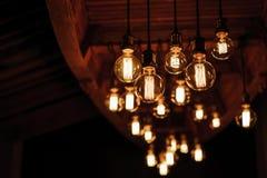 Lampor som är glödande i ett modernt kafé i designen Arkivfoto
