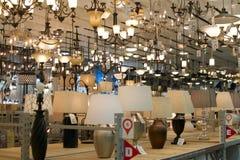 Lampor som är till salu i maskinvarulager Royaltyfri Foto