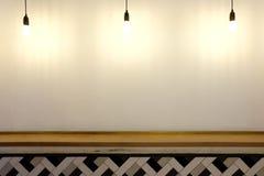 Lampor som hänger ner på den vita väggen Fotografering för Bildbyråer