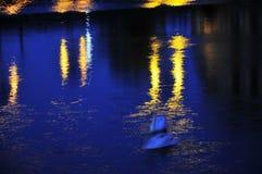 Lampor som reflekterar i vatten Royaltyfri Fotografi