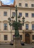 Lampost énorme de fonte dans la place de Hradcanske, Praque, République Tchèque photographie stock libre de droits