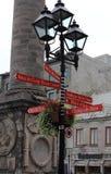 Lampost com sinais direcionais da informação Foto de Stock Royalty Free