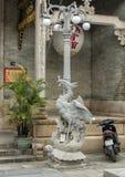 Lampost med symboliska phoenix på en sköldpadda, Cantonese aula i Hoi An royaltyfria bilder