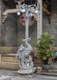 Lampost med symboliska phoenix på en sköldpadda, Cantonese aula i Hoi An fotografering för bildbyråer