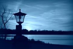 Lampost-Schattenbild-Blau stockfoto