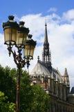 Lampost y catedral Imágenes de archivo libres de regalías