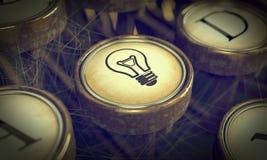 Lampowej żarówki maszyna do pisania klucz. Grunge tło. Zdjęcia Stock