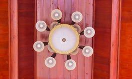 Lampowy obwieszenie na czerwień dachu w świątyni Fotografia Royalty Free