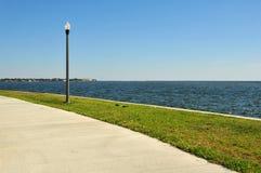 lamppost blisko chodniczek wody Zdjęcie Stock