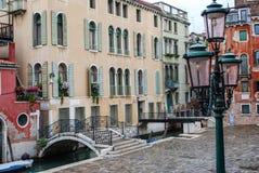 Lamppost, Brug en Gebouwen, Venetië, Italië stock afbeeldingen