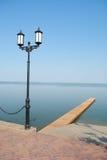 Lamppost e lago della via Fotografie Stock