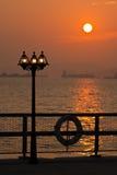 Lamppost en puesta del sol romántica Imagen de archivo