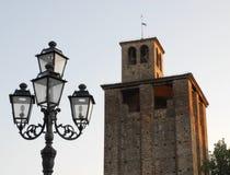 Lamppost i średniowieczny wierza w Piove Di Sacco miasteczko w prowinci Padua lokalizował w Veneto (Włochy) Zdjęcie Stock