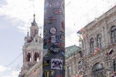 Lamppost met de stickers die van voetbalventilators wordt behandeld stock afbeeldingen