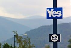 Lamppost met verkiezingsaffiches van het referendum op Schotse onafhankelijkheid, bergen, bos en bomen Royalty-vrije Stock Fotografie