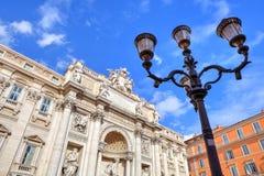 Lamppost och Trevi-springbrunn, Rome, Italien. Royaltyfri Bild