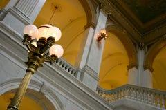 Lamppost y arcos de cobre amarillo Imágenes de archivo libres de regalías