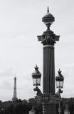 Lamppost y torre Eiffel en la distancia. París Fotografía de archivo
