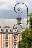 Lampposts decorati a Places du Vosages a Parigi immagine stock