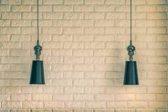 Lampskärm på en bakgrund för tegelstenvägg arkivbilder