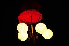 Lampskugga med ljus klumpa ihop sig i natten Royaltyfri Bild