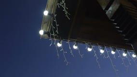 Lampslingers op dak bij de avond stock video