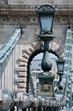 Lampstolpar av den Chain bron Arkivfoto