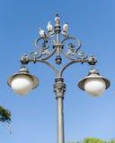 Lampstolpe med utsmyckad garnering i Seville, Spanien arkivfoto