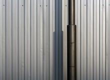 Lampstolpe och metallstaket Arkivbild