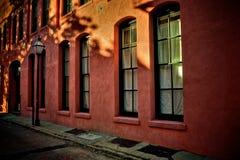 Lampstolpe och Windows på en sidogata i Charleston South Carolina arkivfoto
