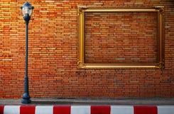 Lampstolpegata och ram på tegelstenväggen Royaltyfri Fotografi