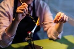 Lampworking - konstnärlig behandling av exponeringsglas i flamman Kvinnamor Arkivbilder