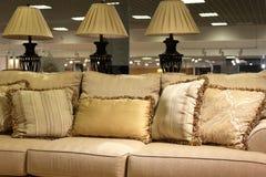 Lampy i nowożytna kanapa Zdjęcia Royalty Free