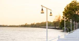Lampy na rzeki i światła słońca utrzymaniu parkuje widoku punkt Obrazy Stock