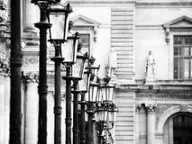Lampy przy louvre - Paryż obraz royalty free