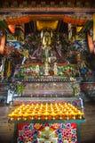 Lampy z statuą Guru Rinpoche i bóstwo wśrodku kaplicy, Bhutan obraz stock
