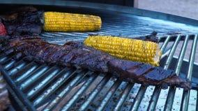 Lamsribben en Groenten op een Roterend Grill, een vlees en een graan op een barbecue, langzame motie stock videobeelden