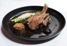 Lamsschotel bij gastronomisch restaurant royalty-vrije stock afbeeldingen