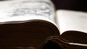 Lançamento através de uma Bíblia velha vídeos de arquivo