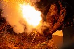 Lançamento de Rocket com nuvens do fogo A cena de batalha com os mísseis do foguete com ogiva visou o céu sombrio na noite seleti fotografia de stock