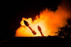 Lançamento de Rocket com nuvens do fogo Os mísseis nucleares com ogiva visaram o céu sombrio na noite Rockets War Backgound balís fotografia de stock royalty free