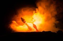 Lançamento de Rocket com nuvens do fogo Os mísseis nucleares com ogiva visaram o céu sombrio na noite Rockets War Backgound balís Imagem de Stock
