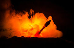 Lançamento de Rocket com nuvens do fogo Os mísseis nucleares com ogiva visaram o céu sombrio na noite Rockets War Backgound balís imagens de stock