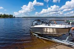 Lançamento do barco na água do lago Foto de Stock Royalty Free