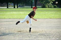 Lançamento do menino no jogo de basebol da juventude Foto de Stock
