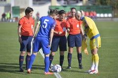 Lançando a moeda antes do jogo do futebol/futebol Fotografia de Stock Royalty Free
