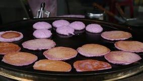 Lançando o Hamburger da carne roxa em uma frigideira no mercado da noite de Taipei video estoque