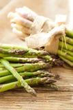 Lanças verdes saudáveis frescas do aspargo Imagem de Stock