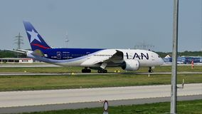 LAN航空公司平面乘出租车在跑道,法兰克福, FRA 股票录像