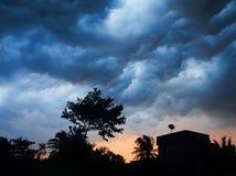 与黑暗的云彩的风在都市lan的雷前 免版税图库摄影